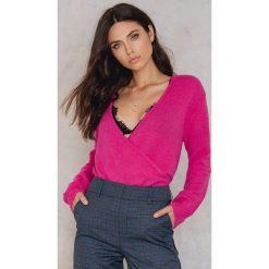 NA-KD Trend Sweter z kopertowym dekoltem - Pink. Różowe swetry klasyczne damskie marki NA-KD Trend, z elastanu, z kopertowym dekoltem. W wyprzedaży za 48,78 zł.