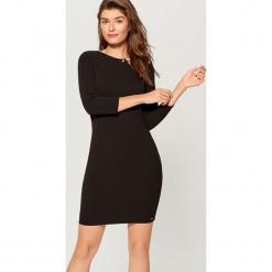 Sukienka z biżuteryjnym detalem - Czarny. Czarne sukienki z falbanami marki Mohito, l. Za 89,99 zł.
