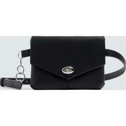 Czarna torebka nerka z łańcuszkiem. Czarne torebki klasyczne damskie Pull&Bear. Za 69,90 zł.