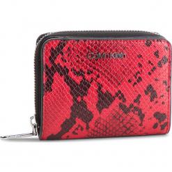 Mały Portfel Damski CALVIN KLEIN - Stitch Med Zip W/Flap K60K604857 910. Czerwone portfele damskie marki Calvin Klein, ze skóry ekologicznej. Za 279,00 zł.