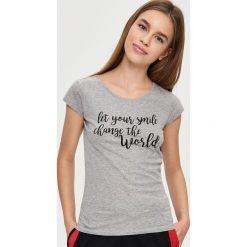 T-shirt z napisem - Jasny szar. Szare t-shirty damskie marki Sinsay, l, z napisami. Za 19,99 zł.