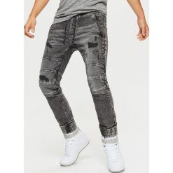 Jeansy SLIM JOGGER - Szary. Szare jeansy męskie regular Cropp. Za 129,99 zł.
