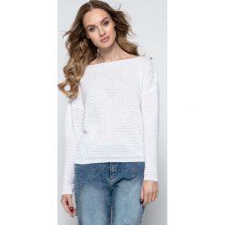 Swetry damskie: Lekki Biały Sweter w Łódkę z Geometrycznym Splotem