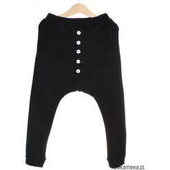 Wiosenne spodnie baggy czarne + guziki cienkie. Czarne spodnie chłopięce Pakamera, z bawełny. Za 65,00 zł.