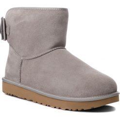 Buty UGG - W Satin Bow Mini 1098081 W/Elp. Szare buty zimowe damskie marki Ugg, z materiału, z okrągłym noskiem. Za 879,00 zł.