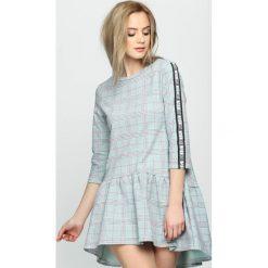 Jasnozielona Sukienka Dashed Line. Szare sukienki letnie marki Born2be, s, mini. Za 94,99 zł.