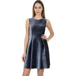 Piankowa sukienka z odcięciem w talii BIALCON. Czarne sukienki koktajlowe BIALCON, m, rozkloszowane. W wyprzedaży za 90,00 zł.