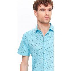 KOSZULA MĘSKA O DOPASOWAYM KROJU Z NADRUKIEM. Szare koszule męskie marki Top Secret, na jesień, m, z nadrukiem, z krótkim rękawem. Za 34,99 zł.