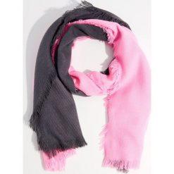 Szal z efektem ombre - Różowy. Czerwone szaliki damskie marki Mohito, z bawełny. Za 49,99 zł.