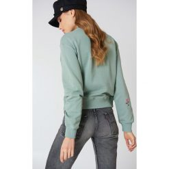Bluzy damskie: NA-KD Bluza z haftowanymi różami na rękawach – Green