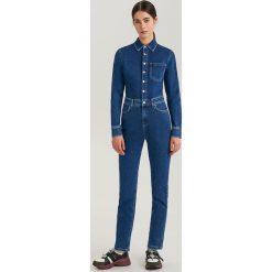 Jeansowy kombinezon ReDesign - Niebieski. Niebieskie kombinezony damskie Reserved, l, z jeansu. Za 279,99 zł.