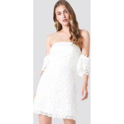 Trendyol Koronkowa sukienka mini z odkrytymi ramionami - White. Zielone sukienki koronkowe marki Emilie Briting x NA-KD, l. W wyprzedaży za 142,07 zł.