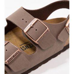 Birkenstock MILANO Sandały mocca. Brązowe sandały damskie Birkenstock, z materiału, z otwartym noskiem. W wyprzedaży za 261,75 zł.