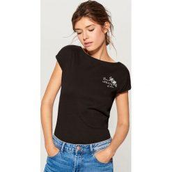 Bawełniana koszulka z nadrukiem - Czarny. Czarne t-shirty damskie Mohito, l, z nadrukiem, z bawełny. Za 19,99 zł.