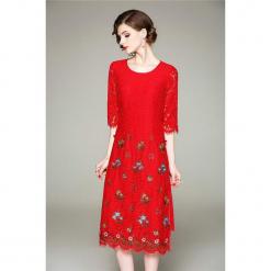 Sukienka w kolorze czerwonym. Czerwone sukienki na komunię marki Zeraco, z dekoltem na plecach, midi, proste. W wyprzedaży za 349,95 zł.