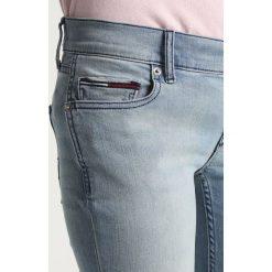 Tommy Jeans MID RISE SKINNY NORA Jeans Skinny Fit lightblue denim. Niebieskie jeansy damskie relaxed fit marki Tommy Jeans, z bawełny. W wyprzedaży za 359,20 zł.