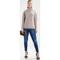 Swetry klasyczne damskie: YUMA Sweter taupe