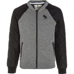 Abercrombie & Fitch MIXED QUILTED  Bluza rozpinana grey. Szare bluzy chłopięce rozpinane Abercrombie & Fitch, z bawełny. W wyprzedaży za 143,40 zł.
