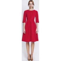 Czerwona Wizytowa Sukienka z Szerokim Dołem w Zakładki. Czerwone sukienki balowe marki Molly.pl, do pracy, l, z klasycznym kołnierzykiem, dopasowane. Za 149,00 zł.