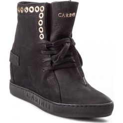 Sneakersy CARINII - B4359  360-000-000-B88. Czarne botki damskie na obcasie Carinii, z materiału. W wyprzedaży za 229,00 zł.