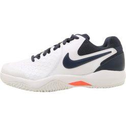 Nike Performance AIR ZOOM RESISTANCE Obuwie multicourt white/thunder blue/hyper orange. Białe buty do tenisa męskie marki Nike Performance, z materiału. Za 299,00 zł.