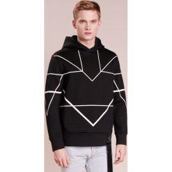 Neil Barrett BLACKBARRETT SYMMETRIC LINES HOODIE Bluza z kapturem black/white. Czarne bluzy męskie rozpinane Neil Barrett BLACKBARRETT, l, z materiału, z kapturem. W wyprzedaży za 452,70 zł.