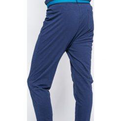 Guess Jeans - Piżama. Szare jeansy męskie z dziurami Guess Jeans. W wyprzedaży za 199,90 zł.
