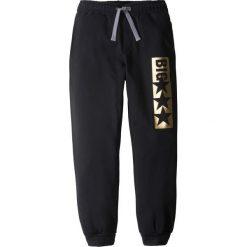 Spodnie dresowe z nadrukiem bonprix czarny. Czarne dresy chłopięce marki bonprix, z nadrukiem, z dresówki. Za 37,99 zł.
