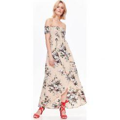 ZWIEWNA DŁUGA SUKIENKA W KWIATY Z ODKRYTYMI RAMIONAMI. Niebieskie długie sukienki marki Reserved, z odkrytymi ramionami. Za 64,99 zł.