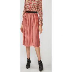 Jacqueline de Yong - Spódnica Asymic. Różowe spódniczki plisowane damskie Jacqueline de Yong, l, z poliesteru, z podwyższonym stanem, midi. W wyprzedaży za 59,90 zł.