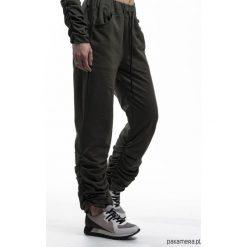 Spodnie dresowe RUFFLE khaki z wysokim stanem. Brązowe spodnie dresowe damskie Pakamera, z dresówki. Za 199,00 zł.