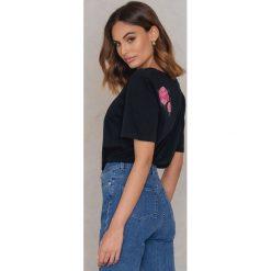 T-shirty damskie: Statement By NA-KD Influencers T-shirt Dilara – Black