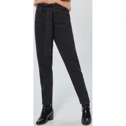 Jeansy high waist z wiązaniem - Czarny. Czarne spodnie z wysokim stanem marki House, z jeansu, z podwyższonym stanem. Za 119,99 zł.