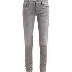 GStar 3301 LOW SUPER SKINNY Jeans Skinny Fit kamden grey superstretch. Białe jeansy damskie marki G-Star, z nadrukiem. W wyprzedaży za 439,20 zł.