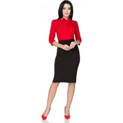 Czerwona Bluzka z Wiązaniem przy Szyi. Czerwone bluzki asymetryczne Molly.pl, l, z dzianiny, biznesowe, z kokardą, z długim rękawem. Za 89,90 zł.