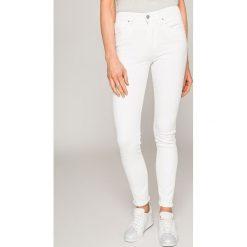Levi's - Jeansy 721. Białe jeansy damskie marki Levi's®, z bawełny, z podwyższonym stanem. W wyprzedaży za 279,90 zł.