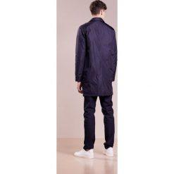 PS by Paul Smith MENS QUILTED MAC Krótki płaszcz dark blue. Niebieskie prochowce męskie marki PS by Paul Smith, l, z materiału. W wyprzedaży za 595,60 zł.