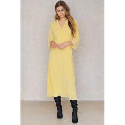Długie sukienki: Trendyol Sukienka zakładana w talii - Yellow