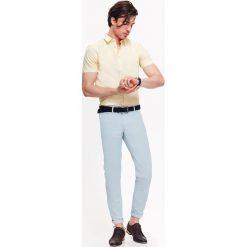 KOSZULA MĘSKA Z TKANINY OXFORD O KROJU SLIM. Szare koszule męskie slim marki Top Secret, w ażurowe wzory. Za 39,99 zł.