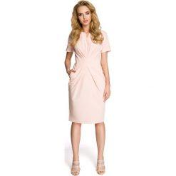 Drapowana Pudrowa Sukienka z Dekoltem. Różowe sukienki mini marki numoco, l, z dekoltem w łódkę, oversize. Za 115,90 zł.