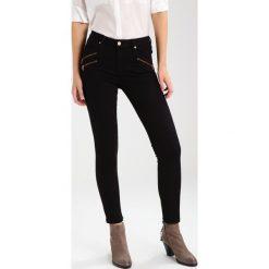 Mint Velvet LAKEWOOD TRIPLE ZIP ROSE Jeansy Slim Fit black. Czarne rurki damskie Mint Velvet. W wyprzedaży za 293,30 zł.