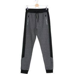 Czarne Spodnie Dresowe Divorce. Czarne spodnie dresowe męskie marki Born2be, l, z aplikacjami, z dresówki. Za 44,99 zł.