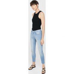 Mango - Jeansy Isa1. Niebieskie jeansy damskie marki Mango, z aplikacjami, z bawełny. W wyprzedaży za 59,90 zł.