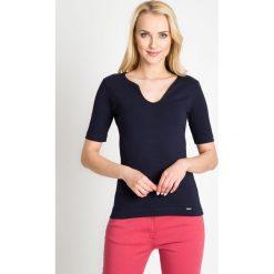 Bluzki damskie: Granatowa gładka bluzka z dekoltem QUIOSQUE