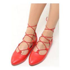 Czerwone Balerinki Coco. Szare baleriny damskie marki Born2be, w paski, ze skóry, na płaskiej podeszwie. Za 39,99 zł.