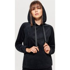 Welurowa bluza hoodie - Czarny. Czarne bluzy damskie marki Cropp, l, z weluru. Za 59,99 zł.