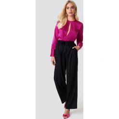 Spodnie z wysokim stanem: Andrea Hedenstedt x NA-KD Spodnie z wysokim stanem i wiązaniem – Black