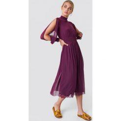 NA-KD Boho Siateczkowa sukienka z rozciętym rękawem - Purple. Niebieskie długie sukienki marki NA-KD Boho, na imprezę, w koronkowe wzory, z koronki, boho, na ramiączkach. Za 242,95 zł.