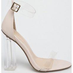 Missguided - Sandały. Szare sandały damskie na słupku marki Missguided, z materiału. W wyprzedaży za 129,90 zł.
