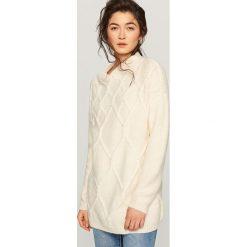 Sweter w romby - Kremowy. Białe swetry klasyczne damskie marki Reserved, l. W wyprzedaży za 59,99 zł.